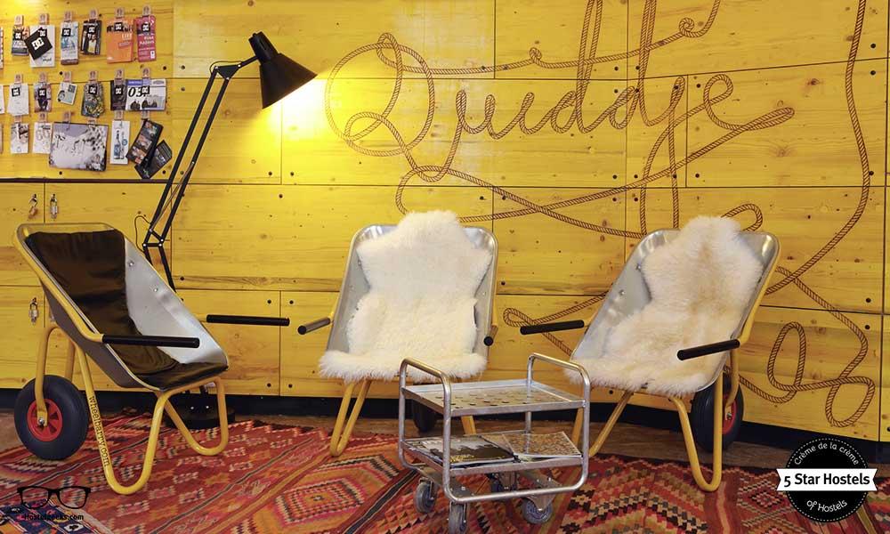 Superbude Hamburg, kreatives Design aus alten Schubkarren