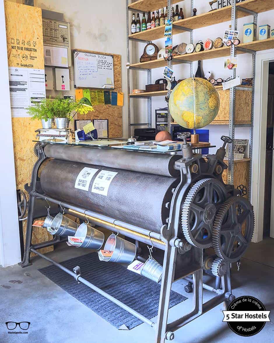 Eine alte Maschine als Rezeption im Swanky Mint Hostel