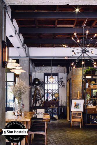 Das Artisan Café bietet Design, cremigen Kaffee und kreative Postkarten von Künstlern