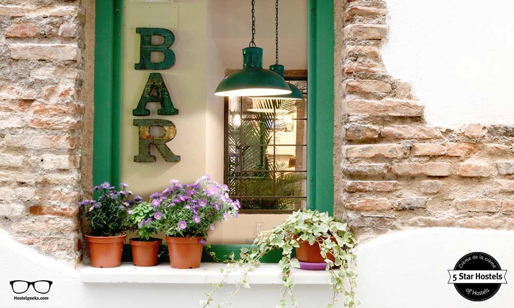 Das grüne Fenster mit den glücklichen Blumen