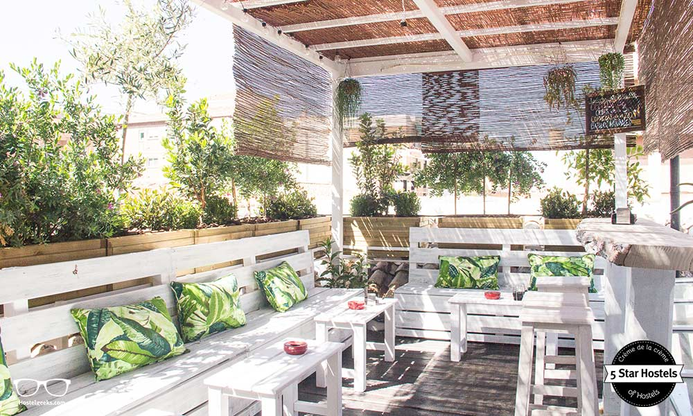 The Lemon Rock Hostel has also a stylish roof top terrace - Cocktail anyone?