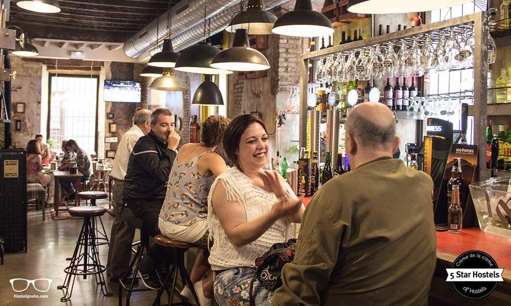 Die Bar von Lemon Rock Hostel