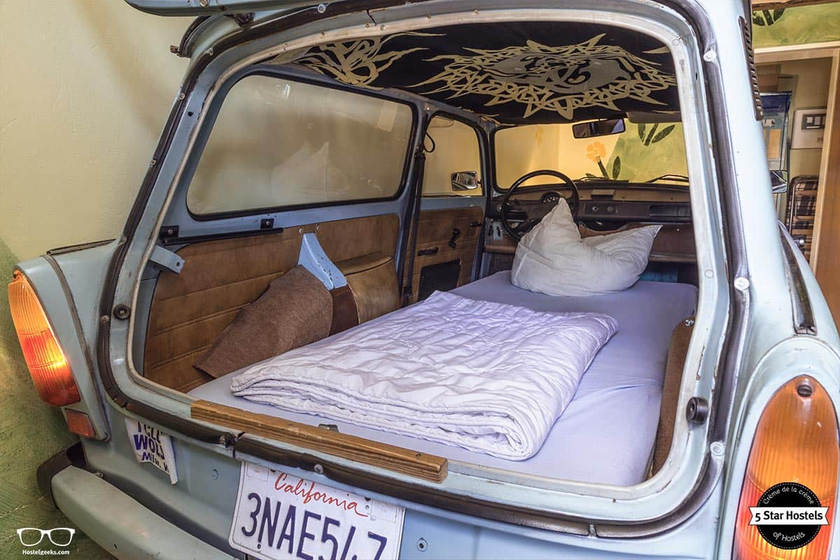 Der berühmte Trabbi und sein Einzelbett im Lollis Homestay