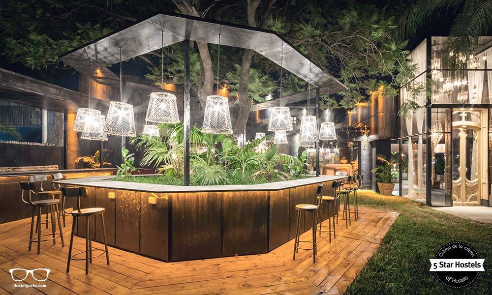 The outdoor bar at Onas Hostel & Suites in Córdoba