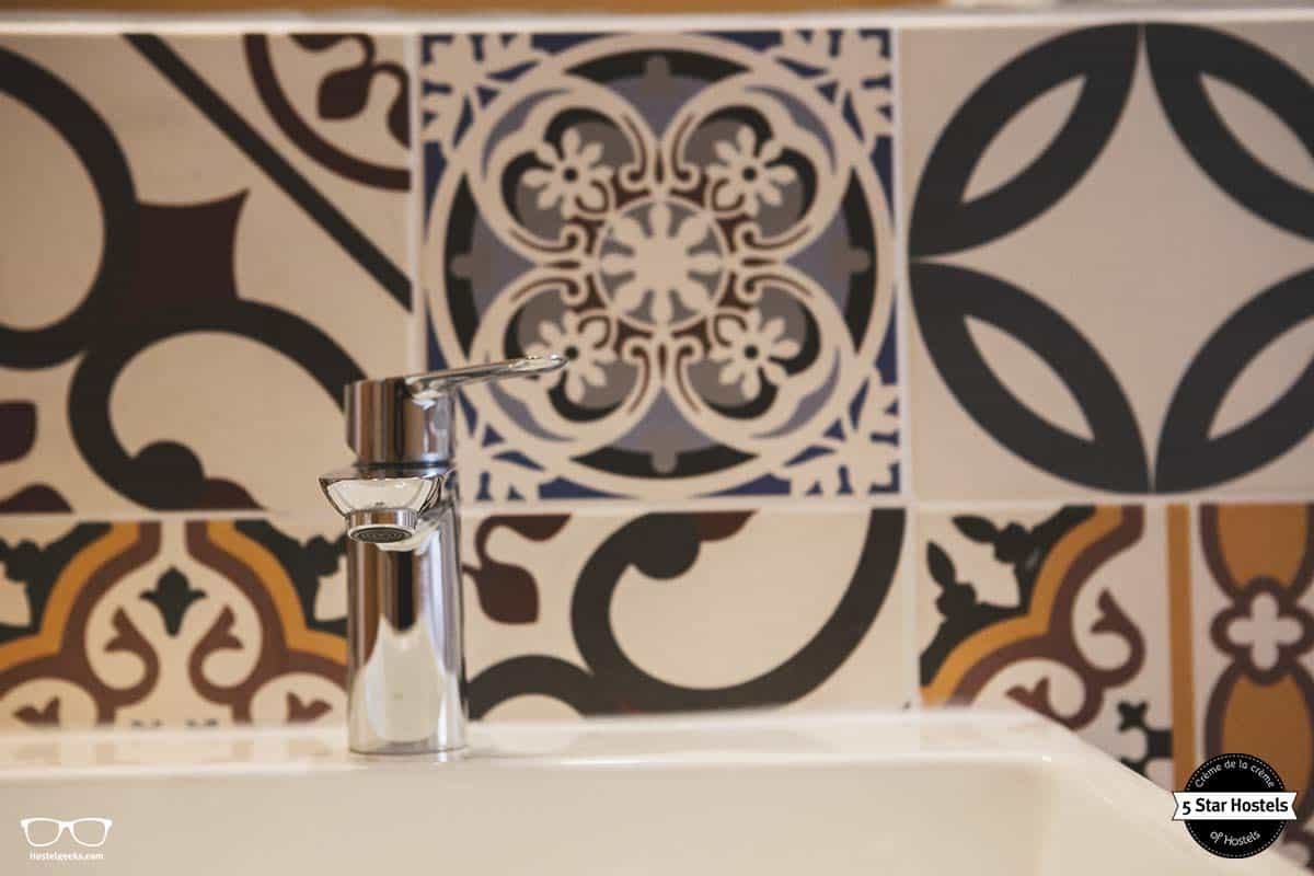 The bathroom design at Hostel Ruthensteiner