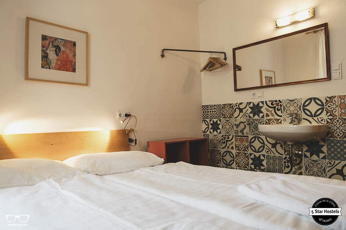 A glimpse at the double room at Hostel Ruthensteiner