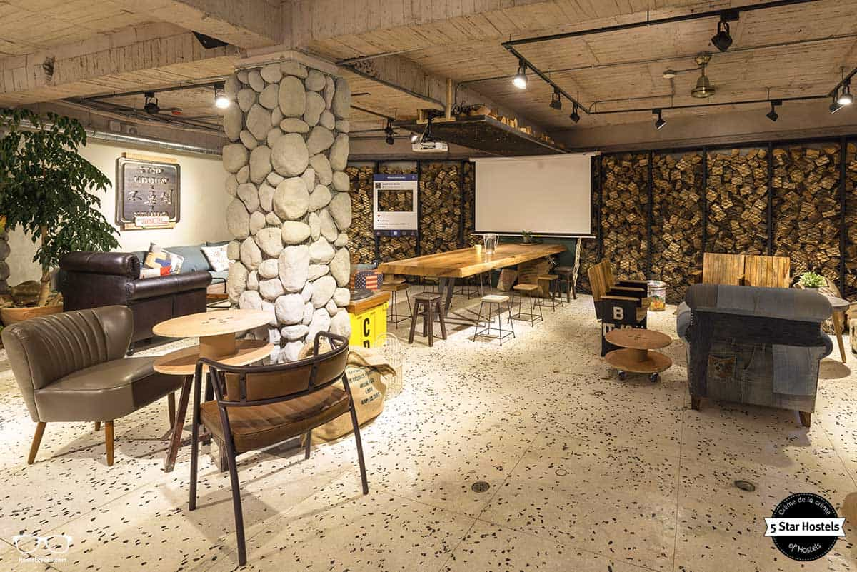 Common room at WOW Phostel in Taipei