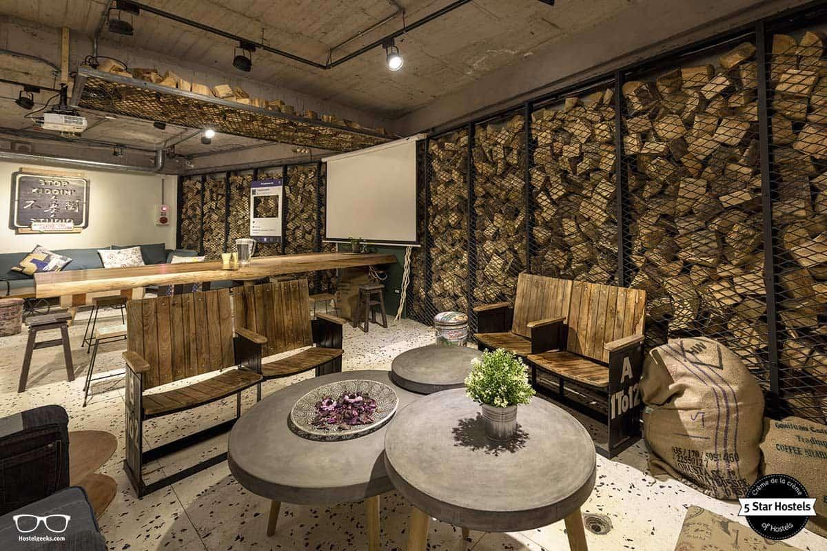 The cosy lounge at Wow Beimen Poshtel