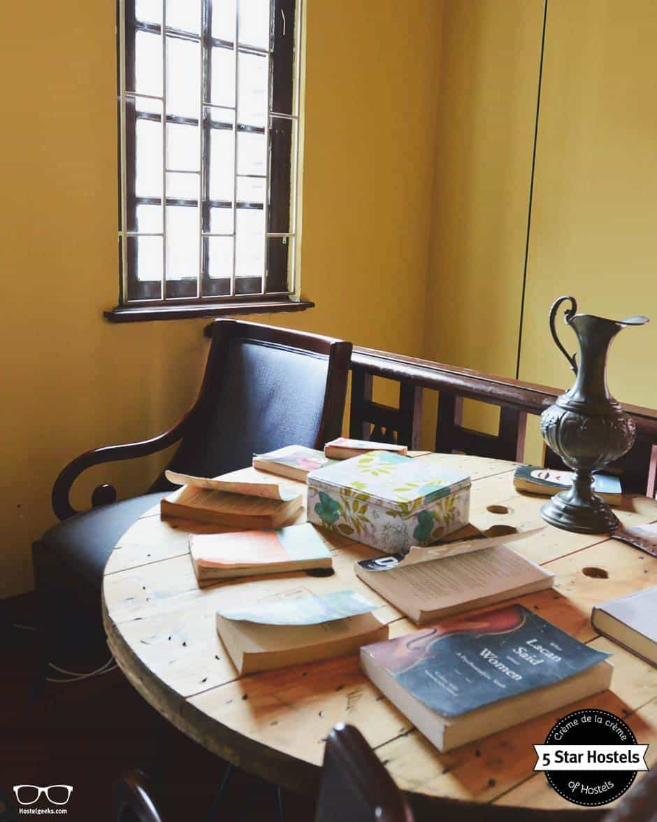 Graba a book and relax at Hobu Hostel