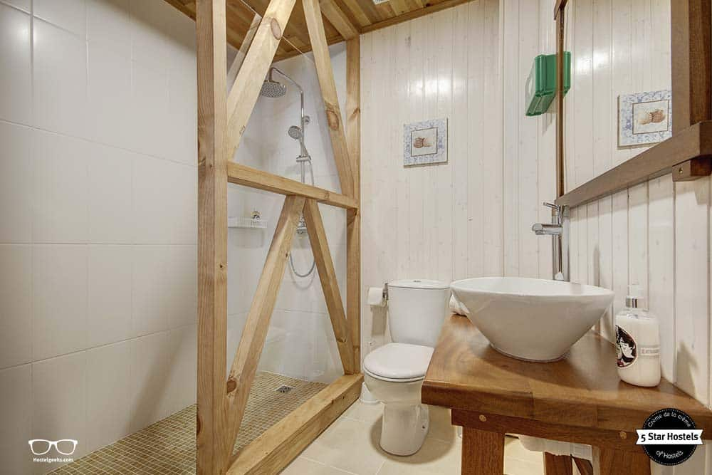 Bathroom, shower - Castaway Guesthouse in Baleal, Peniche