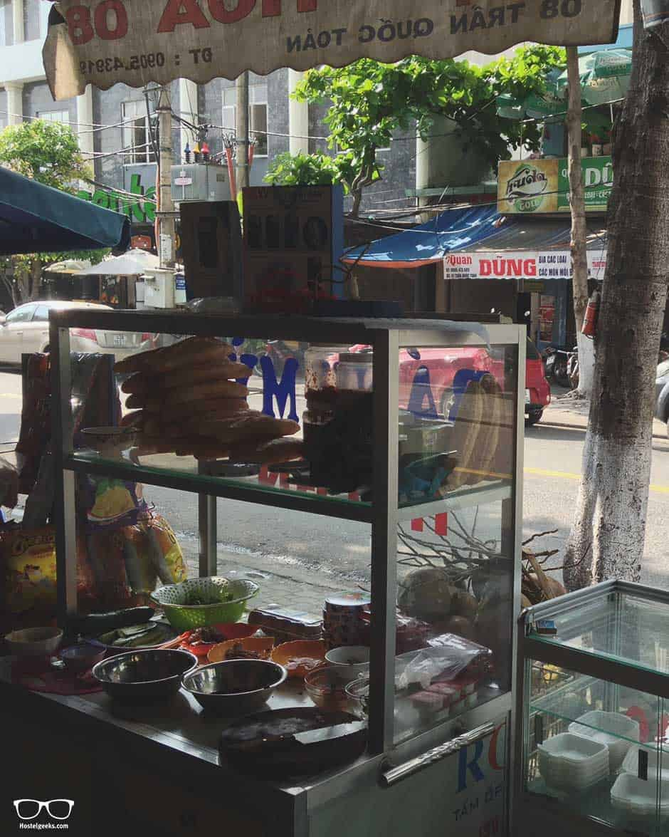 Starting the day with delicious Bhan Ni in Da Nang. This is the little street wagon in front of Memory Hostel