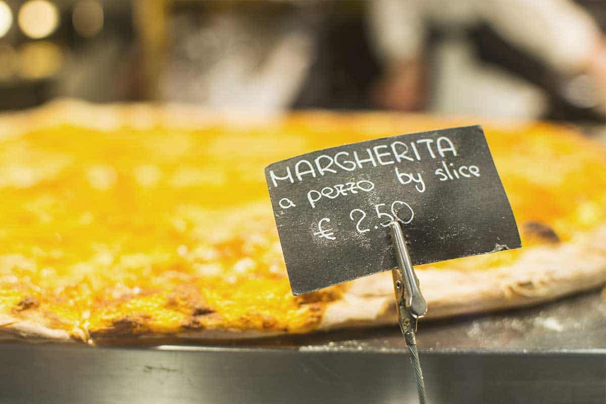 Pizza slices in Venice, a cheap option to eat cheaply in Venice