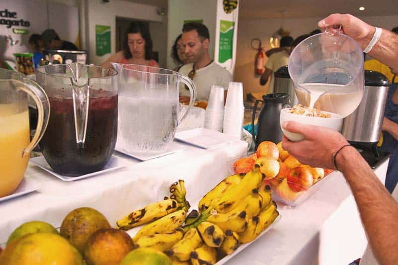 Fresh fruits and juices during breakfast at Che Lagarto Hostel Ipanema