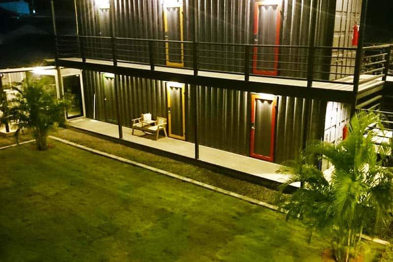 Na-Tub Hostel offers a wide and green outdoor and garden