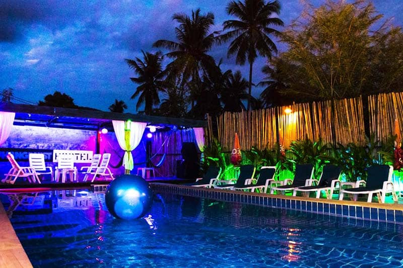 Phanganist Hostel offers an outdoor pool you can enjoy also at night