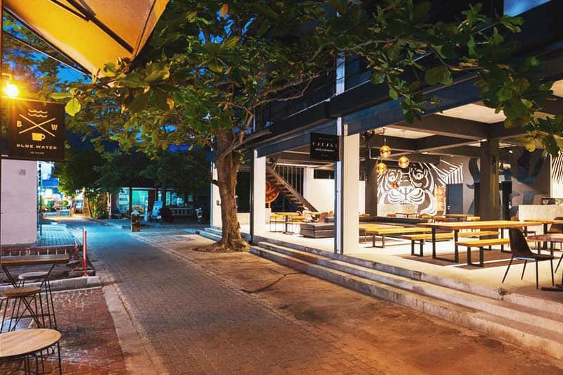 Feel the ocean breeze while at the Savage Hostel Koh Tao common area